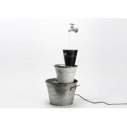 Fontaine de seaux en métal